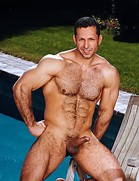 Hot hairy bodybuilder doesn't shave